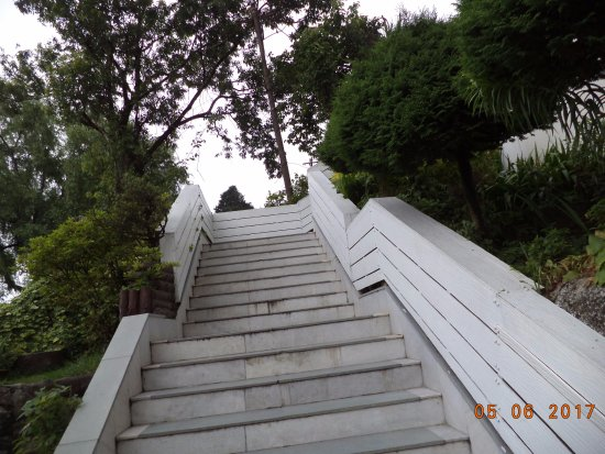 Sinclairs Darjeeling: The stairway to the entrance.