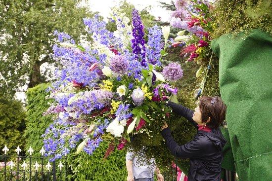 Ααλσμέερ, Ολλανδία: Flower arrangement outside of the Boerma Instituut, during one of the Aalsmeer Flower Festivals.