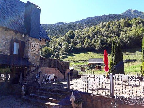 Escunhau, Spain: entrada del hotel y la vistas epectaculares a la montaña y nada mas