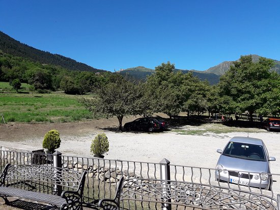 Escunhau, Spain: vista del parking privado y su zona recreativa y montañas