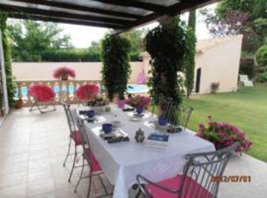 Pertuis, Francia: ontbijttafel, tuin en zwembad