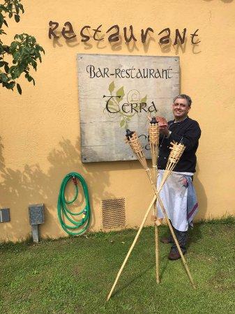 Bar Restaurant Terra Cato: El cocinero CATO con una lluerna para un buen suquet