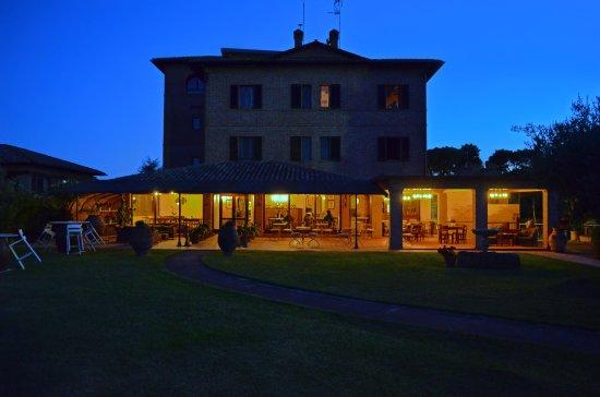 Pozzuolo, Italia: esterni di notte