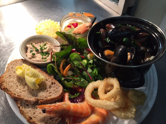 Warkworth, UK: Seafood plate with local produce