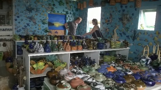 Saint Andrew Parish, Barbados: Looking around the extensive selection at Highland Pottery