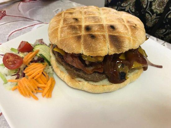 Cadrezzate, Italy: Hamburger troppo Justo con varie aggiunte e defezioni