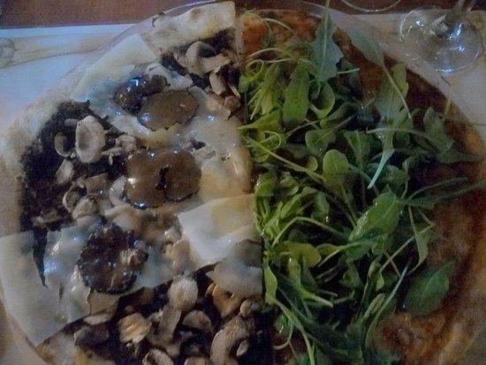 Bobigny, France: Une pizza mixte à la truffe et saucisse italienne piquante