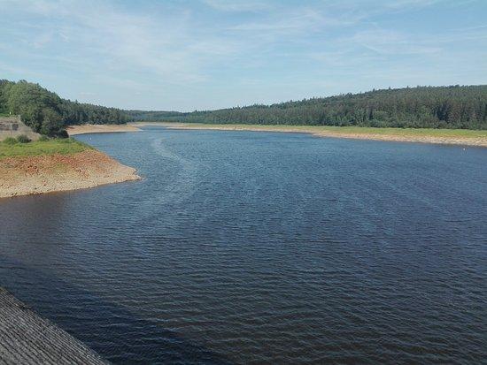 Barrage d'Eupen: vue du barrage .. niveau de l éau particulièrement bas