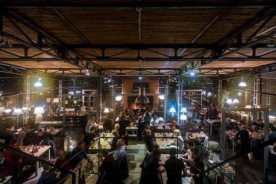 Pizzeria Casavostra: Inside by night