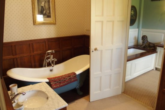 "Winchcombe, UK: Private part - ""modern"" bathrooms"