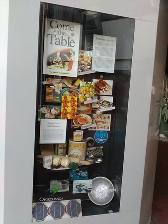 Otorohanga, นิวซีแลนด์: one of the window introducing some NZ food