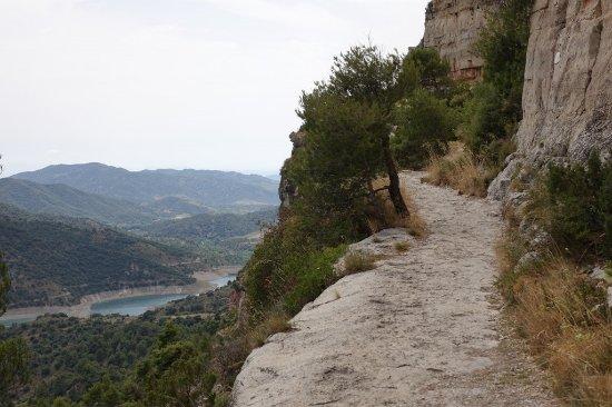 Siurana, สเปน: Camino junto a las rocas.