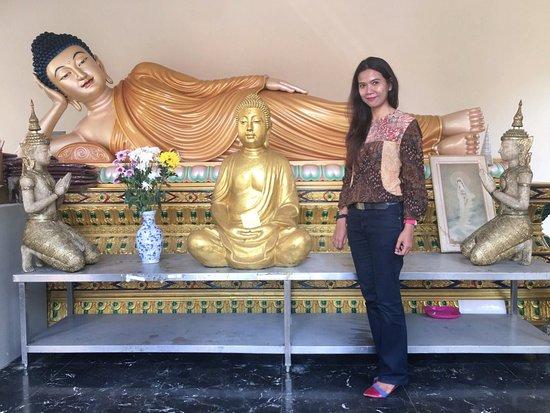 The Thai Chetawan Temple (Wat Chetawan): Salah satu patung reclining Buddha yg berada di dalam kuil