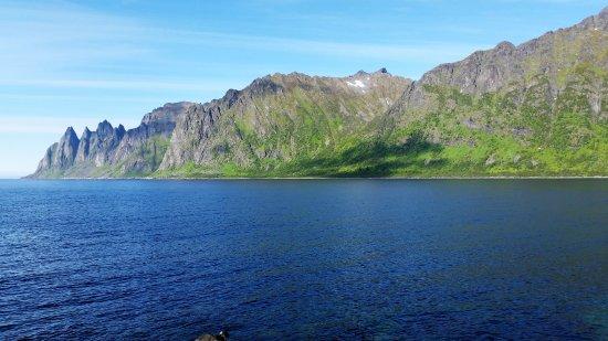 Senja, Norway: Fokus på den lange fjellkjeden på nordøstsiden av Ersfjorden
