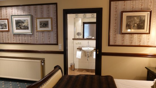 Hotel Villa Achenbach: View to the bathroom of the Suite