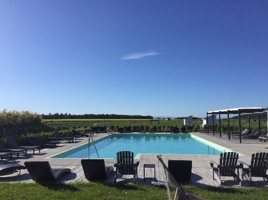 Baie-St-Paul, Canada: piscine avec vue sur fleuve