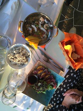 Камарес, Греция: Très bon restaurant, serveurs souriants et aimables. Cuisine raffinée et vue spectaculaire.