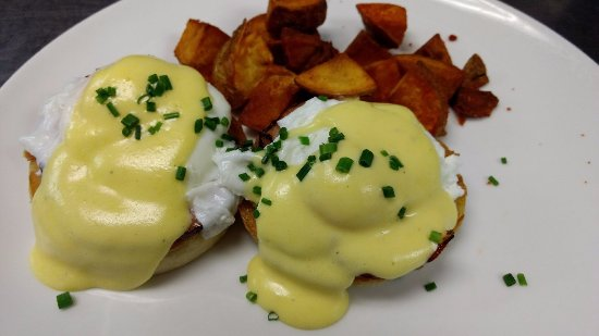 Exeter, Нью-Гэмпшир: Eggs Benedict!  Served on our Sunday Brunch Menu.  Classic!