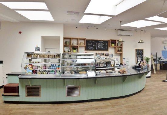Crediton, UK: Waterside Cafe counter