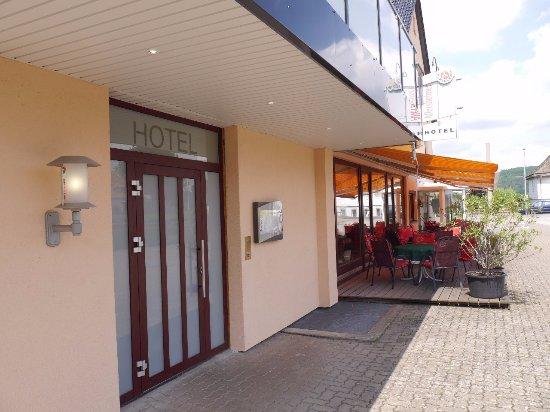 Hehlen, Γερμανία: Eingang des Hotels mit kleiner Sicht zum Schnitzel House