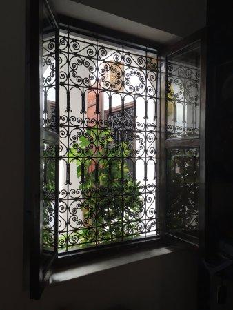 Riad La Porte Rouge : Vue de la fenêtre de la chambre