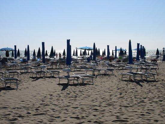 Principina a Mare, Włochy: Veduta pomeridiana dell'ampia spiaggia