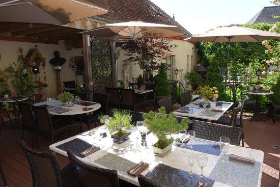 La Perriere, France: Notre terrasse, ombragée et fleurie