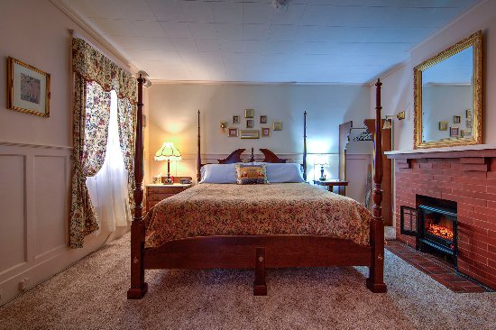 Rosewood Inn: We've renovated the Parlor Suite with a King size bed  and electric fireplace. lor Suite