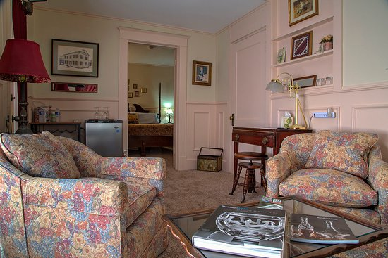 Rosewood Inn: A door seperates the bed room form the sitting room. A new bar area has been added for any snack