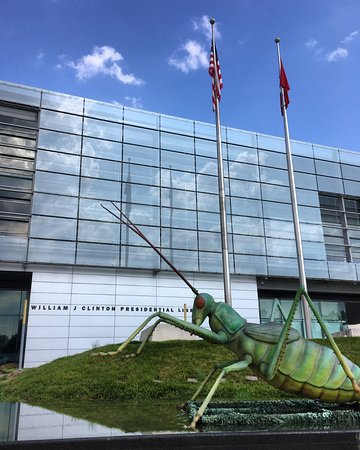 William J. Clinton Presidential Library: outside of library