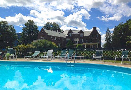 Manchester, VT: Sparkling pool, tennis, lawn games at the Wilburton Inn