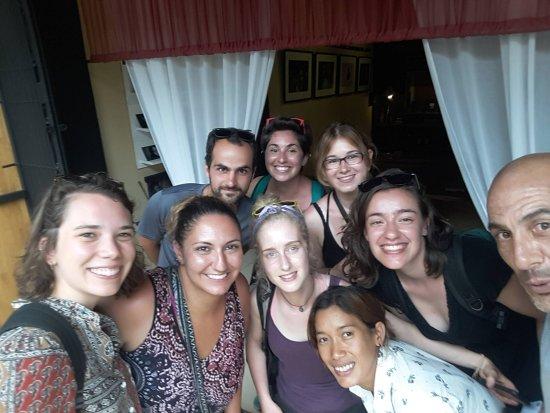 Μπαταμπάνγκ, Καμπότζη: Otro grupo de amigos llegados también de Francia, Canadá y Reino Unido. Más energía positiva...