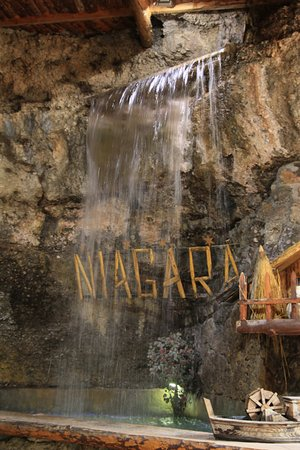 cascade l 39 int rieur picture of waterfall niagara podgorica tripadvisor. Black Bedroom Furniture Sets. Home Design Ideas