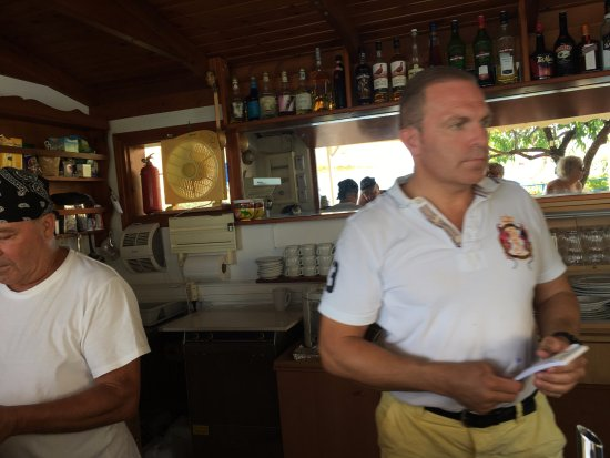 Elounda Heights: Vangelis and Kosta, father and son giving service at the pool bar