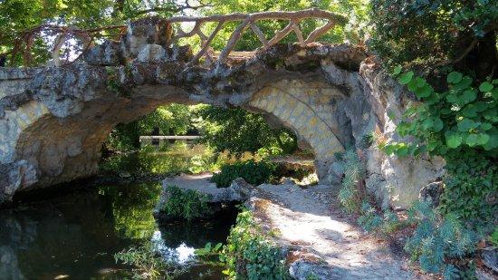 Blanquefort, Frankreich: Pont en lianes de style Gothique ,en faux bois (une sorte de béton ornementé), de fer forgé