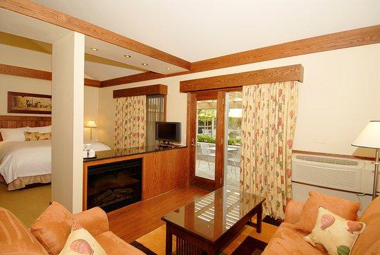 Bloomfield, Καναδάς: Premiere suite living room / bed dual fireplace