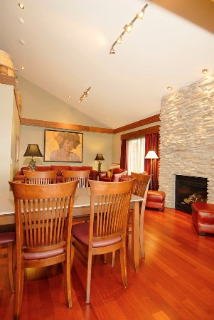 Bloomfield, Canada : Winemaker's Suite Dining/Living Room & fireplace