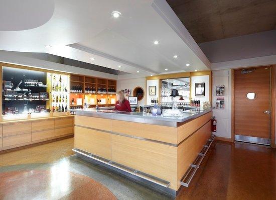 Bloomfield, Canada : Huff Estates Winery tasting room