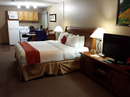 Maligne Lodge: Spacious suite with kitchenette.
