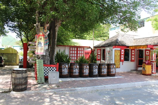 Sint Maarten Guavaberry Company: Side of shop with shade area.