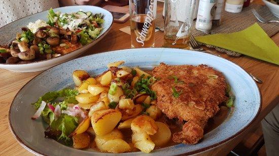 Korbach, เยอรมนี: Schwammerl Schnitzel mit Bratkartoffeln