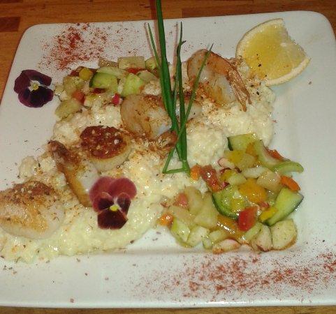 Compton, Canada: Pétoncles grillés, crevettes sur lit de risotto crémeux