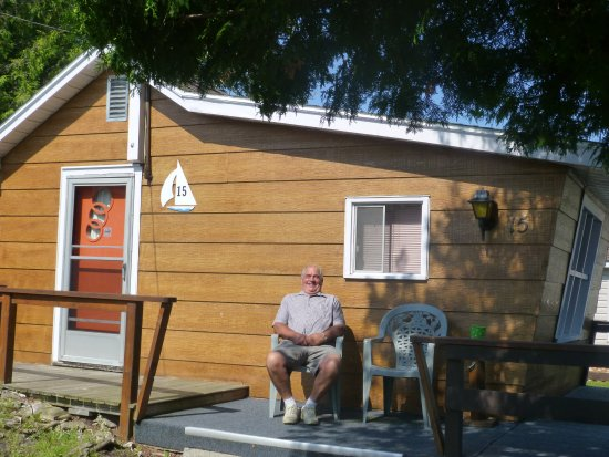 Huron Motor Lodge: This was our little cabin, a small living area and bathroom with small sunken bedroom.