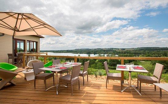 terrasse du restaurant avec vue sur le lac photo de la table du golf saint cyr tripadvisor. Black Bedroom Furniture Sets. Home Design Ideas