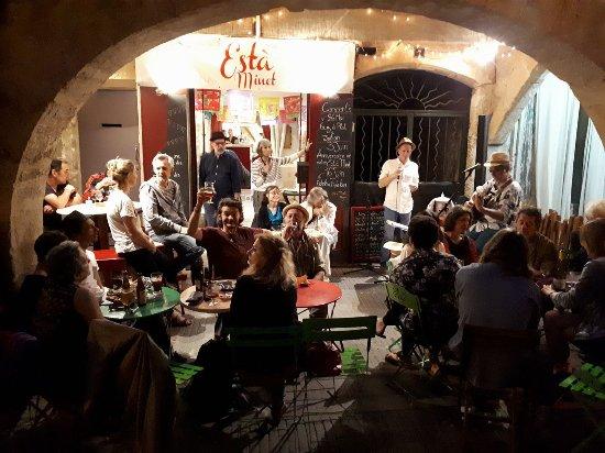 C Est Un Salon De The Cafe Biere Ou Vin Qui Vient D Ouvrir