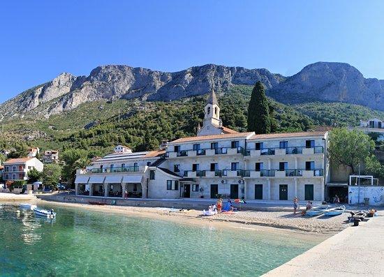 Brist, Croatia: Hotel Riva s restaurací z betonového mola