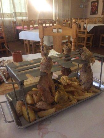 Dilar, Spain: Costillas de cerdo, pollo y surtido de postres