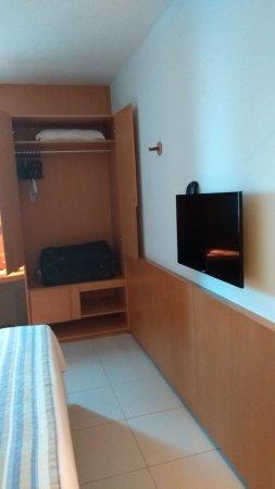Verdegreen Hotel: Armário sem gaveteiro.