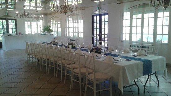 Sucy-en-Brie, Francia: Déjeuner en famille dans la petite salle.
