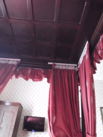Royal Hotel: wooden tester (canopy) to 4 poster bed with TV on wall opposite